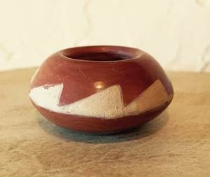 DR 239 Miniature Buff on Red Pot
